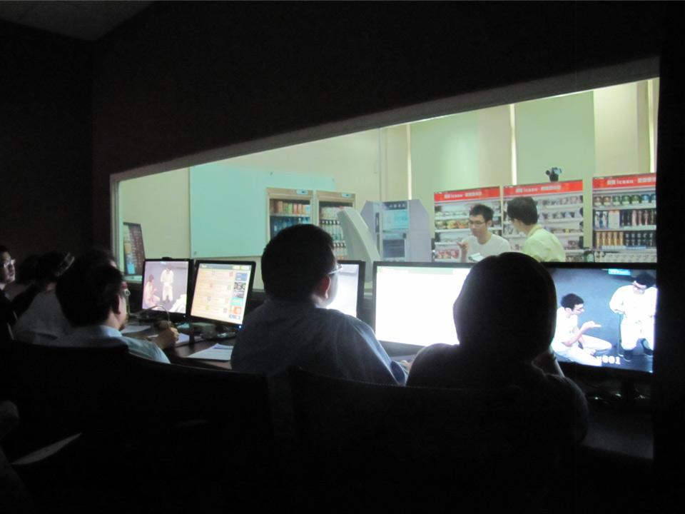 7-11團隊及智活藏身暗房,觀察使用者在模擬7-11店面使用ibon 2.0服務時的使用者體驗_台大智活iNSIGHT以設計思考驅動創新,為企業創造價值